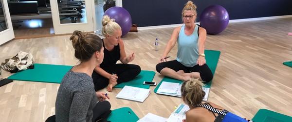 Pilates matwork uddannelse – sådan foregår den